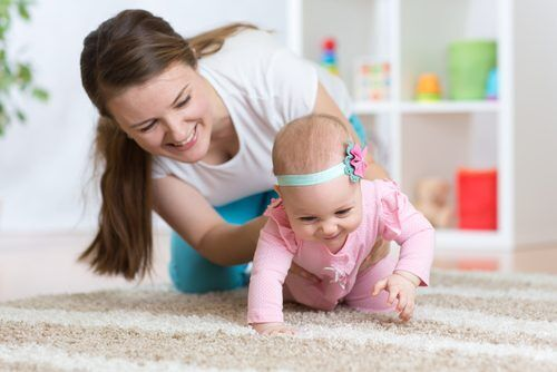 ハイハイしない赤ちゃんと「早期のお座り」の関係性とは?