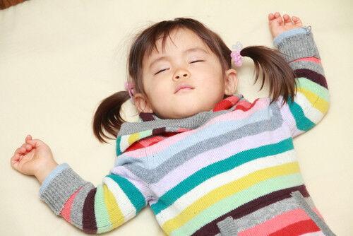 【魔の2歳】睡眠は11時間以上?「理想的な生活リズム」とは