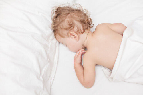 「うつぶせ寝」や「横向き寝」で、歯並びが悪くなるって本当?