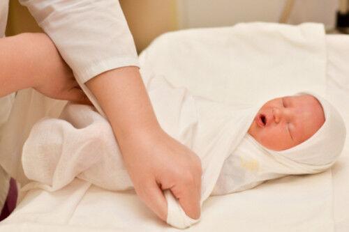 赤ちゃんがぐっすり寝る!? 簡単にできる「おひなまき」の巻き方