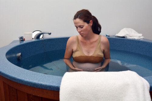 陣痛が軽くなるって本当?「水中分娩」のメリット・デメリット