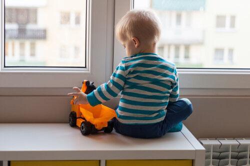 5月と9月が最も多い?5歳以下の落下事故の事前防止策とは