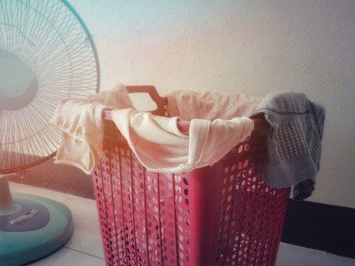 梅雨の部屋干しに注意!ベビー服の「生乾きのニオイ&菌対策」とは