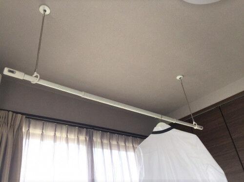 面倒な「梅雨の部屋干し」に救世主!便利すぎる室内物干し竿はコレ