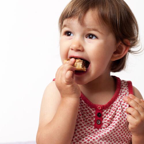 イヤイヤ期真っ盛り!おやつを覚える「2歳児の虫歯予防」はこうすべし