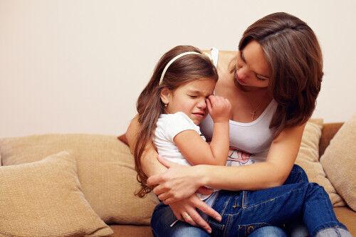 ちょっと注意しただけなのに…「すぐ泣く子」の特徴とママのNG行動