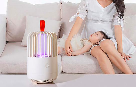 ランプが蚊をぐんぐん吸い込む⁉︎屋内・野外でも使える捕虫器