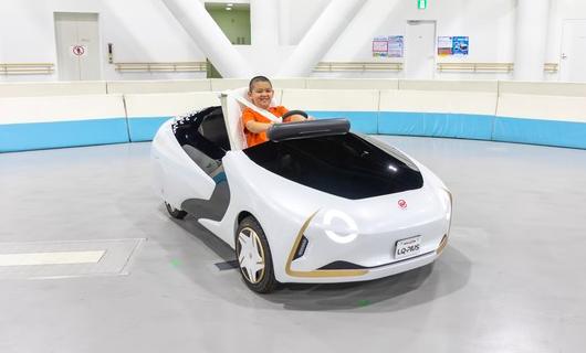 """子どもが一人で運転できる車も!""""車のテーマパーク""""に新時代の愛車登場"""
