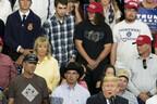 トランプ大統領の背後で変顔する少年がネットで大人気