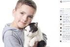 """ヘテロクロミアの少年をいじめから救った""""おそろい""""の猫"""