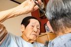 102歳の現役理容師 背筋もシャン!と髪を切る