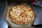 ドミノ・ピザの配達員、強盗犯を捕まえ時間通りにピザを届ける