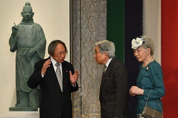 2017年5月、富山県「高志の国文学館」を訪問された天皇皇后両陛下と、当時の館長でもある大阪女子大学の中西進名誉教授 /(C)JMPA