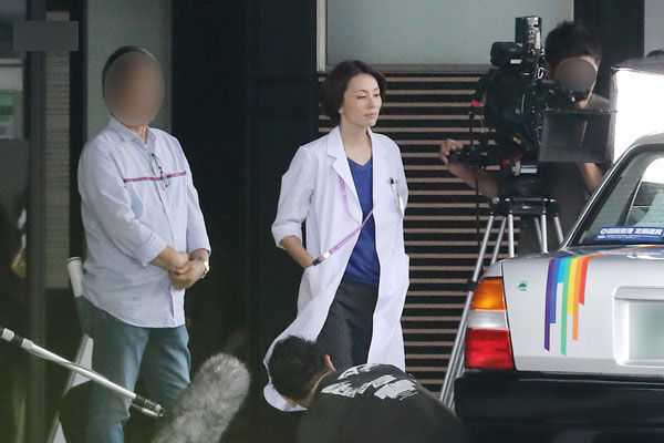 17年9月、千葉県内の病院でロケに励む米倉。