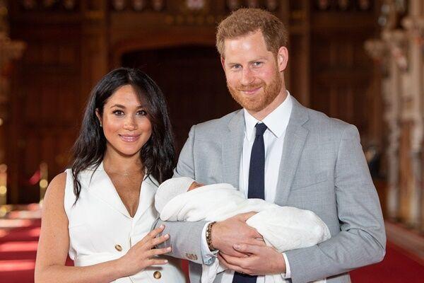 ウィンザー城でアーチー王子をお披露目したヘンリー王子とメーガン妃(写真:代表撮影ロイター/アフロ)