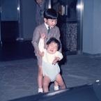 秋篠宮さま1歳5カ月の秘蔵写真!陛下に抱かれ大号泣の理由
