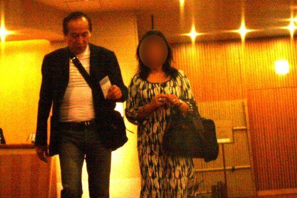 ホテルのレストランで食事を終えた村井は、女性とルーム階へ消えていった。