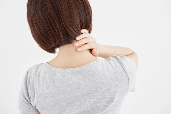 その痛みストレートネックが原因かも…頸椎の歪みが腰痛を招く
