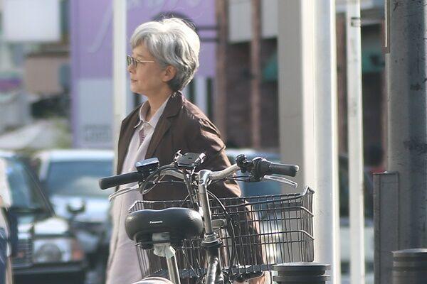 田中裕子もグレーヘアに!夫・沢田研二とおそろい電車デート