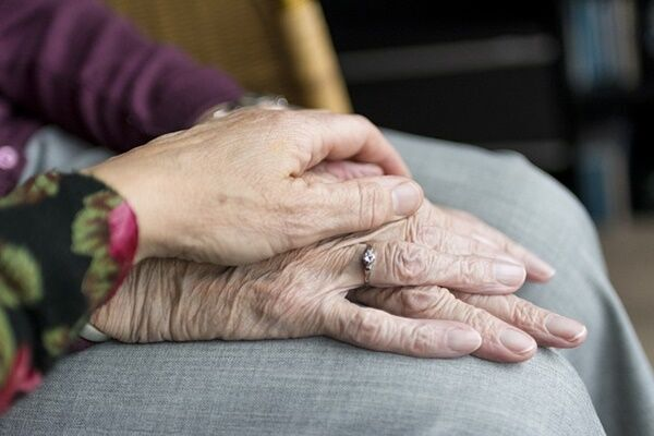 出会いは介護施設で1年交際…米で100歳と102歳の夫婦誕生