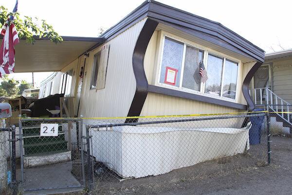 地震で大きく傾いたリッジクレスト市内の民家(写真:AP/アフロ)