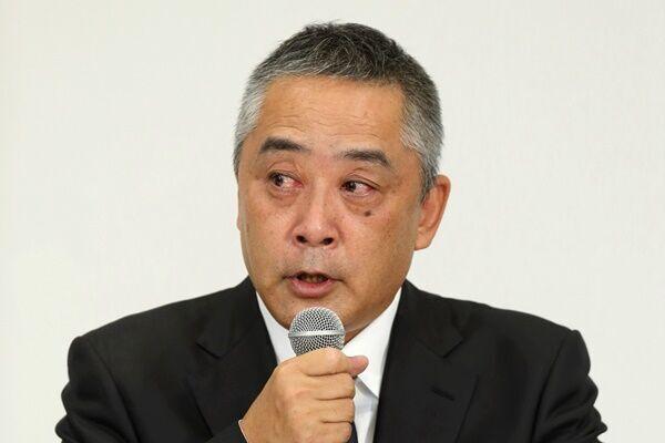 会見で記者の質問に応える岡本社長。