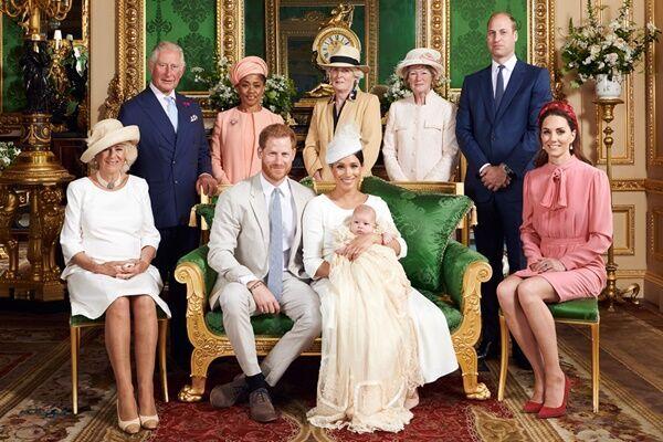 洗礼式の写真にはメーガン妃の母ドリアの姿が。マークル家の人々はここに加わりたくて仕方がないようだ (写真:代表撮影/ロイター/アフロ)