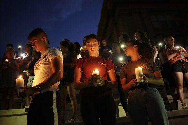 事件当日の夜、地元の高校では追悼集会が開かれた(写真:ロイター/アフロ)