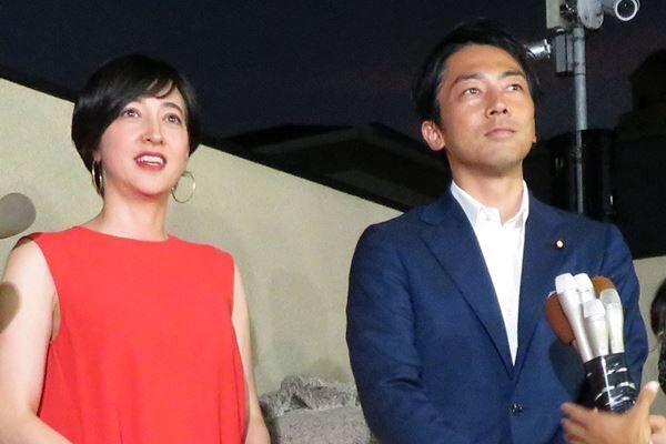 8月8日、横須賀市の進次郎議員の実家前で記者会見を(写真:アフロ)