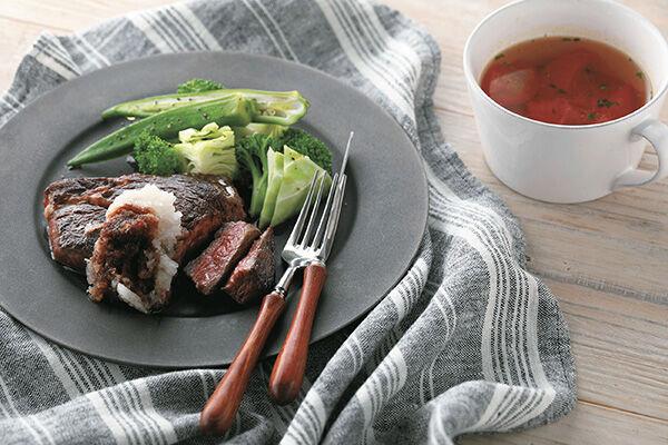 牛赤身肉のステーキ+トマトとにんじんのコンソメスープ(撮影:中林 香)