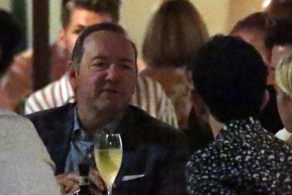 先月3日、ローマの有名レストラン「Pierluigi」で友人と食事をするケヴィン・スペイシー(写真:The Mega Agency/アフロ)