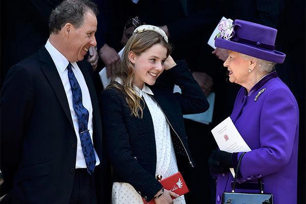 左からデイヴィッド・アームストロング=ジョーンズ、娘のマーガリタ、 エリザベス女王(写真:ロイター/アフロ)