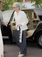 美智子さまの鍵盤柄バッグ 製造中止も問い合わせ殺到で復刻へ