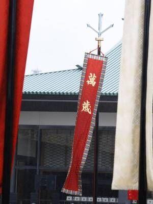 この日のために安倍首相が揮毫した「萬歳旗」は強風で倒れた。/(C)JMPA