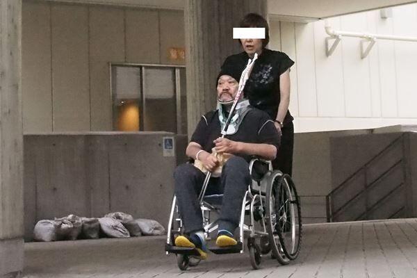 '16年、自宅ベッドから転落し首を痛めて手術を……
