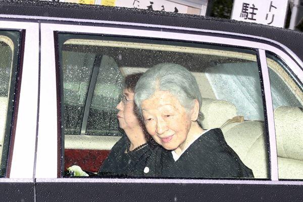 緒方貞子さんの葬儀が始まる直前、美智子さまが弔問に。/(C)JMPA