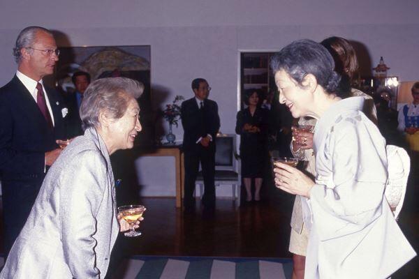 スウェーデン国王から勲章を授与された緒方貞子さんを美智子さまが祝福された。/(C)JMPA