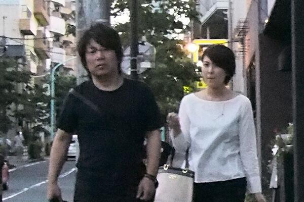 14年8月、夫・佐橋佳幸とのツーショットを本誌は目撃した。