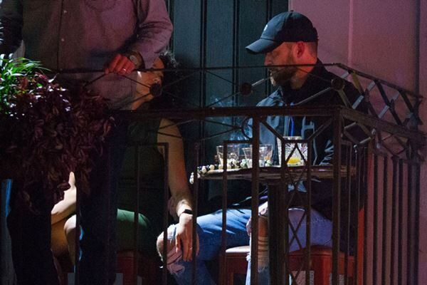 バーで撮られた写真。ウェインライトがティンバーレイクの膝に手を置いている。(写真:The Mega Agency/アフロ)