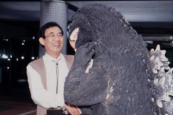 ゴジラと握手をする高島忠夫さん。