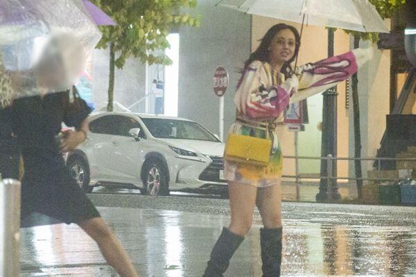 昨年10月、雨の中ミニスカート姿で女子会に向かう沢尻。