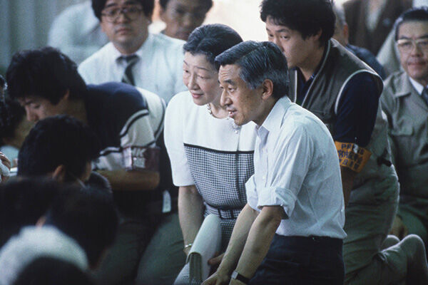 陛下が膝つくとは…美智子さまと貫かれた平成流の被災地ご訪問