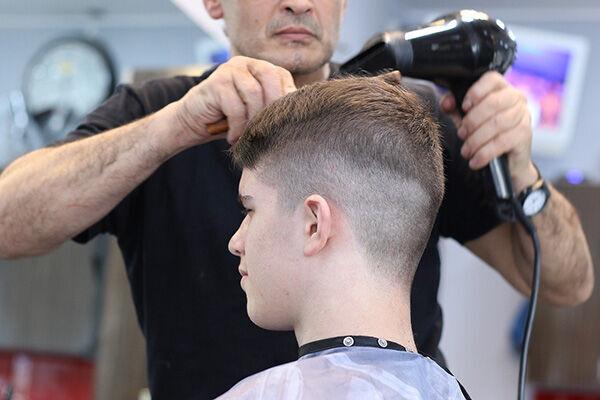 息子のヘアカットをした理容師を銃撃 父親が逃走