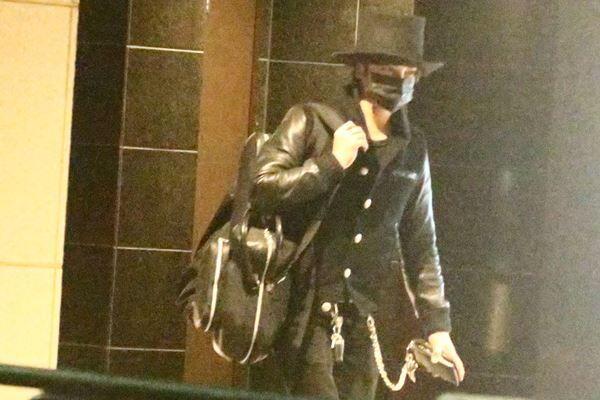 昨年12月、自宅に帰宅した武田。ユニークなファッションが印象的だった。