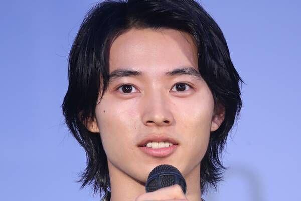 """山崎賢人 2020年初インスタで""""脚長""""全身ショットに大反響"""