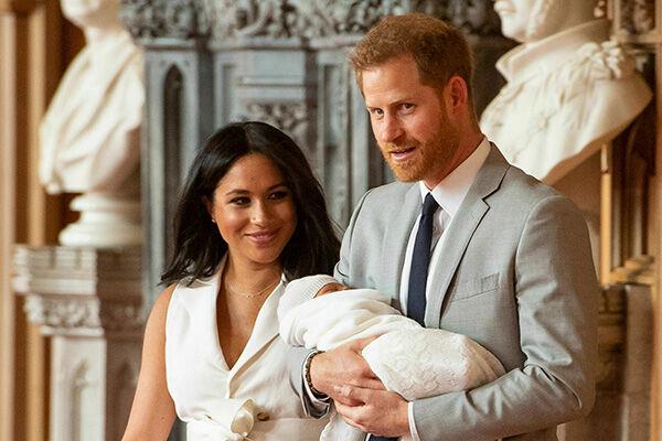 アーチーちゃんがお披露目されたのは出産から2日後、ウィンザー城だった(写真:AP/アフロ)