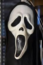 『スクリーム』のマスクをつけた武装強盗の情報にFBIが報奨金
