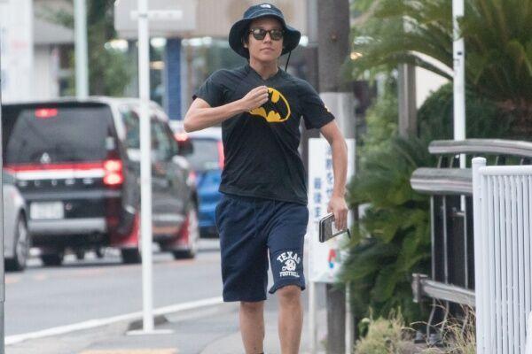 17年7月、自宅から駅まで30分以上かけてぐるぐると散歩をしていた小出。