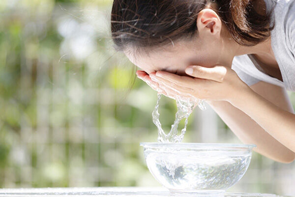 花粉を家に持ち込まないための「帽子で外出+徹底洗顔」