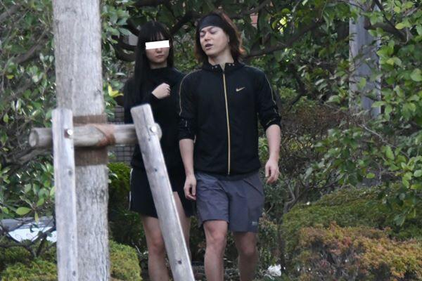 美女と仲良くジョギングしていた塩谷。